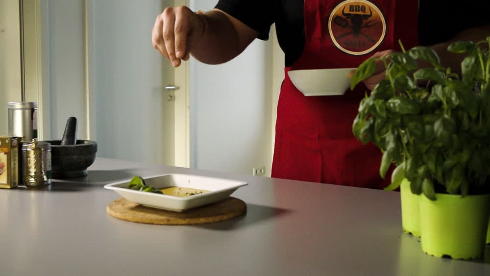 Tradebyte Recruting Film - Chef decorates soup